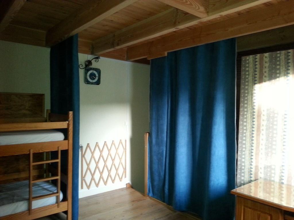 Rideaux de séparation dans les chambres au 1er étage.