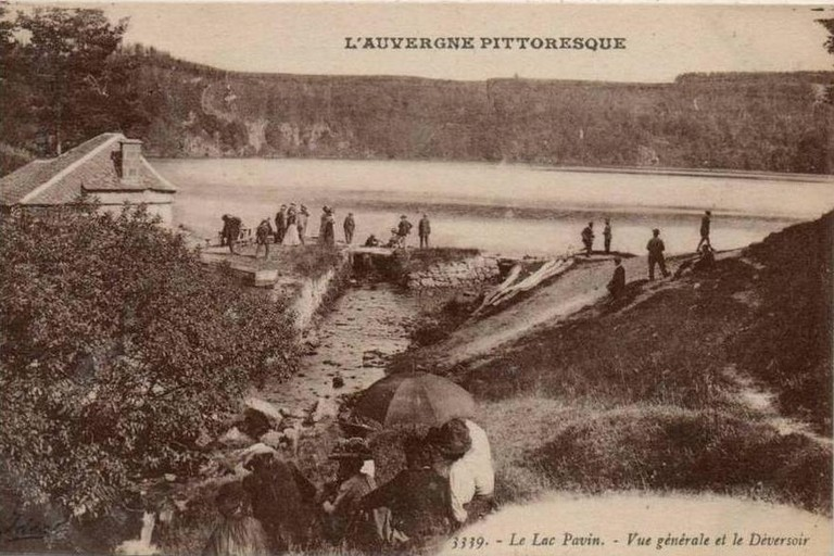 Photo ancienne (carte postale) du lac Pavin.